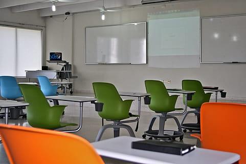 living room classroom master school thumbnail - ¿CÓMO HA AFECTADO EL CONFINAMIENTO A UN ESTUDIANTE DE MÁSTER?