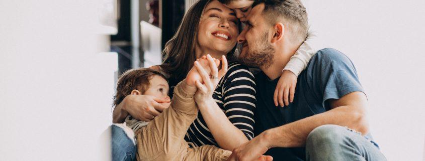 young family with their sons at home having fun 845x321 - ¿CÓMO PROTEGER A LAS PERSONAS QUE MAS QUIERES?